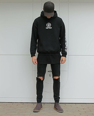 Wie kombinieren: schwarzer und weißer bedruckter Pullover mit einem Kapuze, schwarzes T-Shirt mit einem Rundhalsausschnitt, schwarze enge Jeans mit Destroyed-Effekten, dunkelbraune Chelsea-Stiefel aus Wildleder