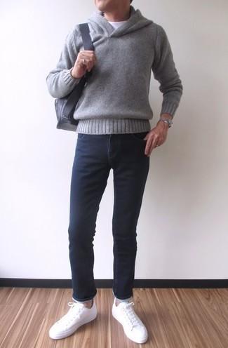 Wie kombinieren: grauer Pullover mit einem Kapuze, weißes T-Shirt mit einem Rundhalsausschnitt, schwarze enge Jeans, weiße Leder niedrige Sneakers