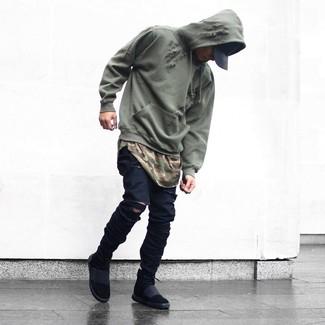 Wie kombinieren: olivgrüner Pullover mit einem Kapuze, olivgrünes Camouflage T-Shirt mit einem Rundhalsausschnitt, schwarze enge Jeans mit Destroyed-Effekten, schwarze hohe Sneakers