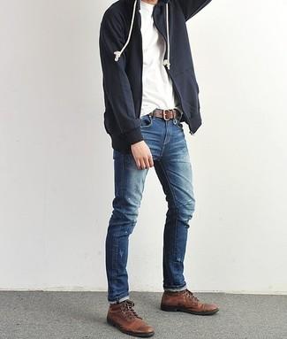 Wie kombinieren: dunkelblauer Pullover mit einem Kapuze, weißes T-Shirt mit einem Rundhalsausschnitt, blaue Jeans, dunkelbraune Lederfreizeitstiefel