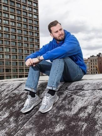 Blauen Pullover mit einem Kapuze kombinieren: trends 2020: Erwägen Sie das Tragen von einem blauen Pullover mit einem Kapuze und hellblauen Jeans für einen bequemen Alltags-Look. Suchen Sie nach leichtem Schuhwerk? Wählen Sie grauen Sportschuhe für den Tag.