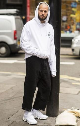 Weißen Pullover mit einem Kapuze kombinieren: trends 2020: Vereinigen Sie einen weißen Pullover mit einem Kapuze mit schwarzen Jeans für ein sonntägliches Mittagessen mit Freunden. Fühlen Sie sich mutig? Komplettieren Sie Ihr Outfit mit weißen Sportschuhen.