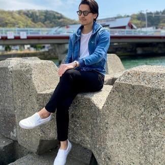 Mintgrüne Sonnenbrille kombinieren – 77 Herren Outfits: Entscheiden Sie sich für Komfort in einem blauen Pullover mit einem Kapuze und einer mintgrünen Sonnenbrille. Weiße Slip-On Sneakers aus Segeltuch putzen umgehend selbst den bequemsten Look heraus.
