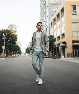 Weiße und grüne Leder niedrige Sneakers kombinieren – 76 Herren Outfits: Für ein bequemes Couch-Outfit, tragen Sie einen grauen Pullover mit einem Kapuze und hellblauen Jeans mit Destroyed-Effekten. Weiße und grüne Leder niedrige Sneakers bringen Eleganz zu einem ansonsten schlichten Look.