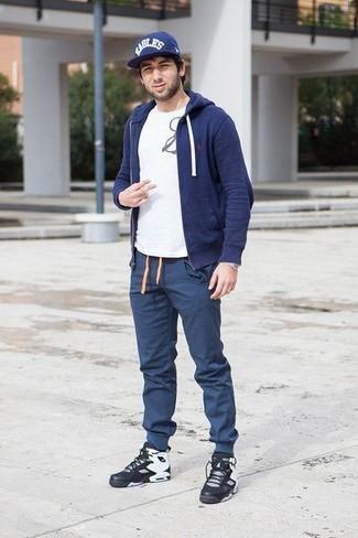 Wie kombinieren: dunkelblauer Pullover mit einem Kapuze, weißes und schwarzes bedrucktes T-Shirt mit einem Rundhalsausschnitt, dunkelblaue Jogginghose, schwarze hohe Sneakers aus Leder