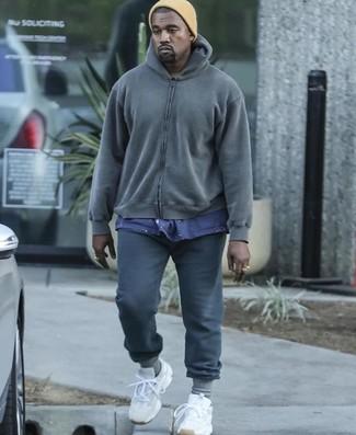 Wie kombinieren: dunkelgrauer Pullover mit einem Kapuze, dunkelblaues T-Shirt mit einem Rundhalsausschnitt, dunkelgraue Jogginghose, weiße Sportschuhe