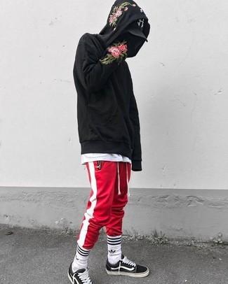 Wie kombinieren: schwarzer Pullover mit einem Kapuze mit Blumenmuster, weißes T-Shirt mit einem Rundhalsausschnitt, rote und weiße vertikal gestreifte Jogginghose, schwarze und weiße Segeltuch niedrige Sneakers