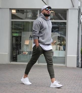 grauer Pullover mit einem Kapuze, weißes T-Shirt mit einem Rundhalsausschnitt, olivgrüne Jogginghose, weiße Sportschuhe für Herren