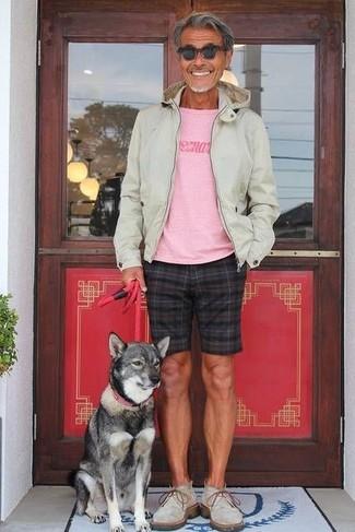 Wie kombinieren: hellbeige Pullover mit einem Kapuze, rosa bedrucktes T-Shirt mit einem Rundhalsausschnitt, schwarze Shorts mit Karomuster, graue Chukka-Stiefel aus Wildleder