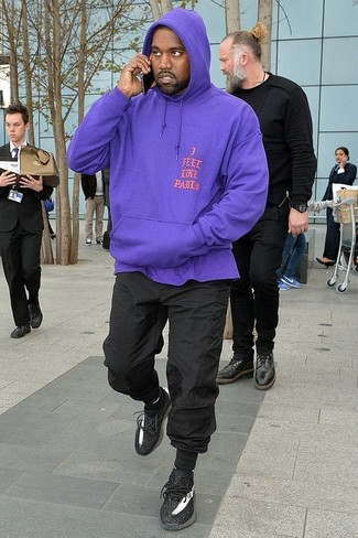 Wie kombinieren: violetter Pullover mit einem Kapuze, schwarze Jogginghose, schwarze Sportschuhe, schwarze Socke