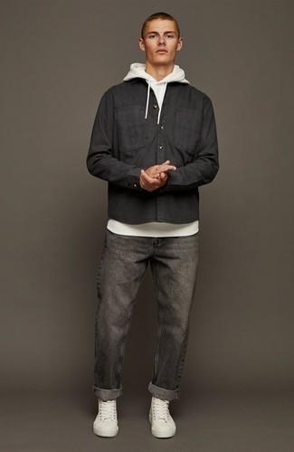 Schwarzes Langarmhemd kombinieren – 471 Herren Outfits: Erwägen Sie das Tragen von einem schwarzen Langarmhemd und dunkelgrauen Jeans für ein Alltagsoutfit, das Charakter und Persönlichkeit ausstrahlt. Suchen Sie nach leichtem Schuhwerk? Vervollständigen Sie Ihr Outfit mit weißen hohen Sneakers aus Segeltuch für den Tag.