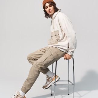 Braune Mütze kombinieren – 159 Herren Outfits: Erwägen Sie das Tragen von einem weißen Fleece-Pullover mit einem Reißverschluss am Kragen und einer braunen Mütze für einen entspannten Wochenend-Look. Beige Sportschuhe sind eine ideale Wahl, um dieses Outfit zu vervollständigen.