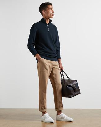 Pullover mit einem Reißverschluss am Kragen kombinieren – 247 Herren Outfits: Kombinieren Sie einen Pullover mit einem Reißverschluss am Kragen mit einer beige Chinohose, um mühelos alles zu meistern, was auch immer der Tag bringen mag. Weiße Leder niedrige Sneakers liefern einen wunderschönen Kontrast zu dem Rest des Looks.