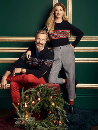 Wie kombinieren: dunkelblauer Pullover mit einem Reißverschluss am Kragen mit Norwegermuster, blaues T-Shirt mit einem Rundhalsausschnitt, rote Chinohose, beige Lederuhr