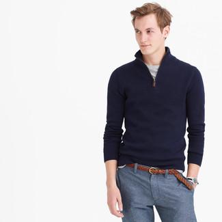 Wie kombinieren: dunkelblauer Pullover mit einem Reißverschluss am Kragen, graues T-Shirt mit einem Rundhalsausschnitt, blaue Anzughose, brauner geflochtener Ledergürtel