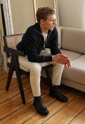 Dunkelblauen Pullover mit einem Reißverschluss am Kragen kombinieren – 12 Herren Outfits: Vereinigen Sie einen dunkelblauen Pullover mit einem Reißverschluss am Kragen mit hellbeige Jeans für ein großartiges Wochenend-Outfit. Fühlen Sie sich ideenreich? Ergänzen Sie Ihr Outfit mit schwarzen Chelsea Boots aus Leder.