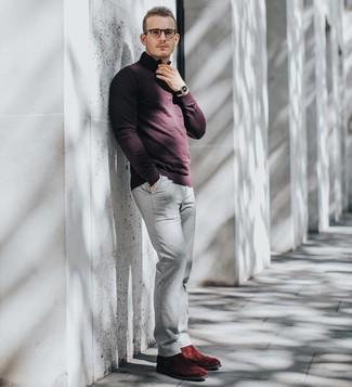 Wie kombinieren: dunkelroter Pullover mit einem Reißverschluss am Kragen, graue Chinohose, dunkelrote Chelsea-Stiefel aus Wildleder, schwarze Lederuhr