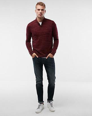 Wie kombinieren: dunkelroter Pullover mit einem Reißverschluss am Kragen, weißes T-Shirt mit einem Rundhalsausschnitt, dunkelblaue Jeans, weiße Leder niedrige Sneakers
