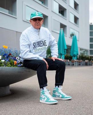 Weiße und grüne hohe Sneakers aus Leder kombinieren – 9 Herren Outfits: Paaren Sie einen weißen Pullover mit einem Reißverschluss am Kragen mit schwarzen Jeans für einen bequemen Alltags-Look. Fühlen Sie sich ideenreich? Wählen Sie weißen und grünen hohe Sneakers aus Leder.