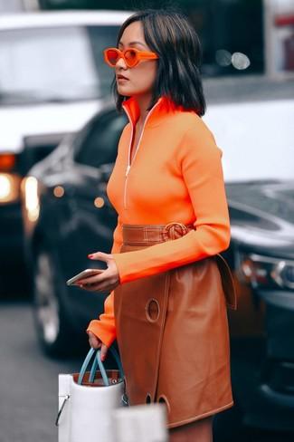 2a5bb7b54fe2eb Wie kombinieren: orange Pullover mit einem Reißverschluss am Kragen,  rotbrauner Leder Bleistiftrock, weiße