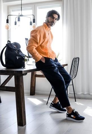 Wie Pullover mit einem Reißverschluss am Kragen mit Chinohose zu kombinieren – 41 Herren Outfits: Kombinieren Sie einen Pullover mit einem Reißverschluss am Kragen mit einer Chinohose für ein bequemes Outfit, das außerdem gut zusammen passt. Suchen Sie nach leichtem Schuhwerk? Wählen Sie dunkelblauen und weißen Sportschuhe für den Tag.