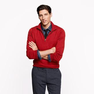 Wie kombinieren: roter Pullover mit einem Reißverschluss am Kragen, dunkelblaues Jeanshemd, dunkelgraue Wollanzughose, schwarze Krawatte