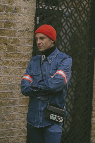 Wie kombinieren: schwarzer Pullover mit einem Reißverschluss am Kragen, blaues Jeanshemd, blaue Jeans, rote Mütze