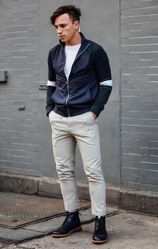 Dunkelblauen Pullover mit einem Reißverschluss am Kragen kombinieren: trends 2020: Kombinieren Sie einen dunkelblauen Pullover mit einem Reißverschluss am Kragen mit einer hellbeige Chinohose, um mühelos alles zu meistern, was auch immer der Tag bringen mag. Ergänzen Sie Ihr Look mit einer schwarzen Lederfreizeitstiefeln.