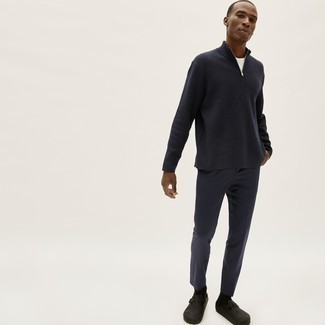 Pullover mit einem Reißverschluss am Kragen kombinieren – 247 Herren Outfits: Kombinieren Sie einen Pullover mit einem Reißverschluss am Kragen mit einer dunkelblauen Chinohose für einen bequemen Alltags-Look. Dunkelbraune Leder Slipper bringen Eleganz zu einem ansonsten schlichten Look.