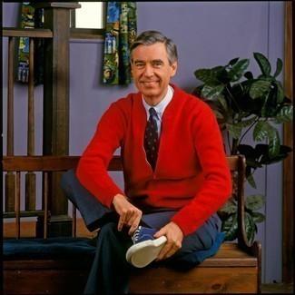 60 Jährige: Blaue Anzughose kombinieren: trends 2020: Kombinieren Sie einen roten Pullover mit einem Reißverschluß mit einer blauen Anzughose für Ihren Bürojob. Wenn Sie nicht durch und durch formal auftreten möchten, vervollständigen Sie Ihr Outfit mit dunkelblauen Segeltuch niedrigen Sneakers.