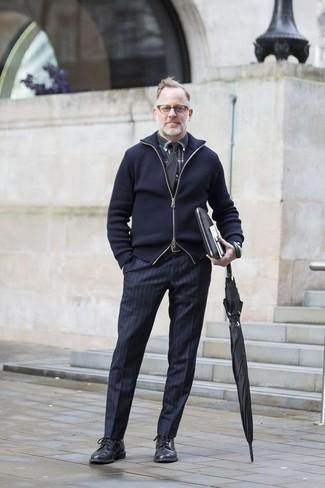 Dunkelblauen Pullover mit einem Reißverschluß kombinieren: trends 2020: Vereinigen Sie einen dunkelblauen Pullover mit einem Reißverschluß mit einer dunkelblauen vertikal gestreiften Anzughose, um einen modischen Freizeitlook zu kreieren. Heben Sie dieses Ensemble mit schwarzen Leder Derby Schuhen hervor.