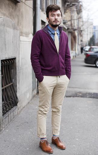 Wie kombinieren: dunkellila Pullover mit einem Reißverschluß, blaues Chambray Businesshemd, hellbeige Chinohose, braune Leder Brogues