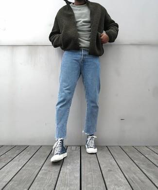 Graues Sweatshirts kombinieren – 195 Herren Outfits: Paaren Sie ein graues Sweatshirts mit hellblauen Jeans, um mühelos alles zu meistern, was auch immer der Tag bringen mag. Fühlen Sie sich mutig? Ergänzen Sie Ihr Outfit mit dunkelblauen hohen Sneakers aus Segeltuch.