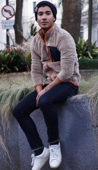 Wie kombinieren: hellbeige Fleece-Pullover mit einem Reißverschluß, dunkelblaue enge Jeans, weiße Leder niedrige Sneakers, schwarze Mütze