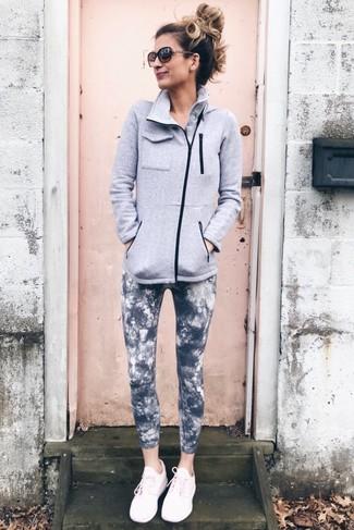 Wie kombinieren: grauer Fleece-Pullover mit einem Reißverschluß, dunkelgraue Mit Batikmuster Leggings, rosa Sportschuhe, dunkelbraune Sonnenbrille