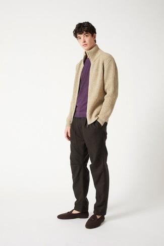 Dunkelbraune Wildleder Slipper kombinieren – 1200+ Herren Outfits: Kombinieren Sie einen hellbeige Strick Pullover mit einem Reißverschluß mit einer dunkelbraunen Chinohose für ein großartiges Wochenend-Outfit. Fühlen Sie sich mutig? Ergänzen Sie Ihr Outfit mit dunkelbraunen Wildleder Slippern.