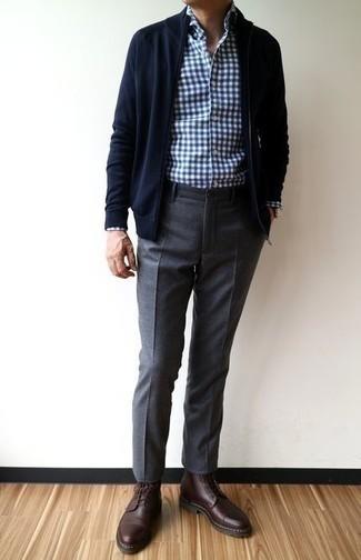 Dunkelblauen Pullover mit einem Reißverschluß kombinieren: trends 2020: Erwägen Sie das Tragen von einem dunkelblauen Pullover mit einem Reißverschluß und einer dunkelgrauen Wollchinohose für ein Alltagsoutfit, das Charakter und Persönlichkeit ausstrahlt. Fühlen Sie sich ideenreich? Entscheiden Sie sich für eine dunkelrote Lederfreizeitstiefel.