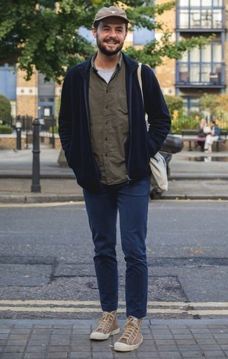 Dunkelblauen Pullover mit einem Reißverschluß kombinieren: trends 2020: Erwägen Sie das Tragen von einem dunkelblauen Pullover mit einem Reißverschluß und einer dunkelblauen Chinohose, um mühelos alles zu meistern, was auch immer der Tag bringen mag. Suchen Sie nach leichtem Schuhwerk? Vervollständigen Sie Ihr Outfit mit braunen hohen Sneakers aus Segeltuch für den Tag.