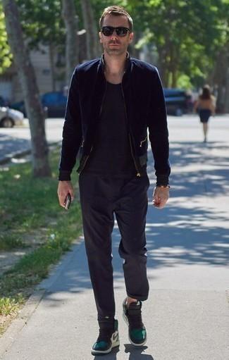 Dunkelblauen Pullover mit einem Reißverschluß kombinieren: trends 2020: Kombinieren Sie einen dunkelblauen Pullover mit einem Reißverschluß mit einer dunkelblauen Chinohose für ein großartiges Wochenend-Outfit. Fühlen Sie sich mutig? Entscheiden Sie sich für dunkelgrünen hohe Sneakers aus Segeltuch.