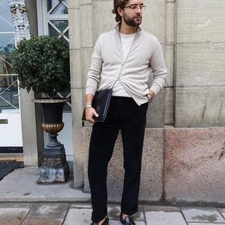 Herren Outfits 2020: Die Kombination von einem weißen Pullover mit einem Reißverschluß und einer schwarzen Chinohose erlaubt es Ihnen, Ihren Freizeitstil klar und einfach zu halten. Fühlen Sie sich ideenreich? Wählen Sie schwarzen Leder Slipper mit Quasten.