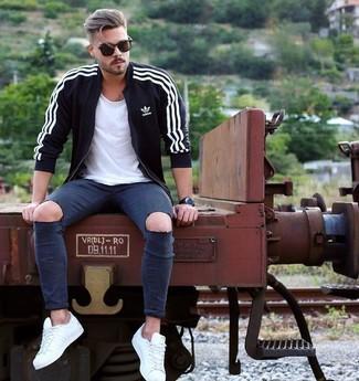 Wie kombinieren: schwarzer Pullover mit einem Reißverschluß, weißes T-Shirt mit einem Rundhalsausschnitt, dunkelblaue enge Jeans mit Destroyed-Effekten, weiße niedrige Sneakers