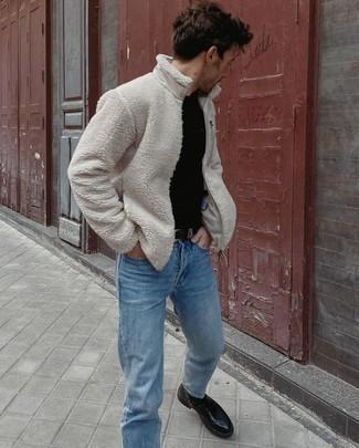 30 Jährige: Outfits Herren 2020: Entscheiden Sie sich für einen hellbeige Fleece-Pullover mit einem Reißverschluß und hellblauen Jeans, um einen lockeren, aber dennoch stylischen Look zu erhalten. Heben Sie dieses Ensemble mit einer schwarzen Lederfreizeitstiefeln hervor.