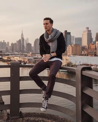 Grauen Schal kombinieren – 460 Herren Outfits: Für ein bequemes Couch-Outfit, kombinieren Sie einen dunkelbraunen Fleece-Pullover mit einem Reißverschluß mit einem grauen Schal. Fühlen Sie sich mutig? Entscheiden Sie sich für schwarzen und weißen hohe Sneakers aus Segeltuch.