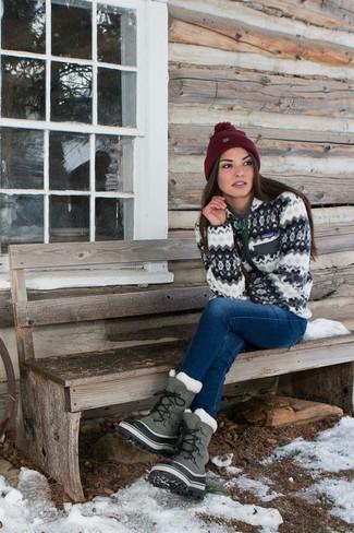 Wie kombinieren: weißer Pullover mit einem Reißverschluß, blaue Jeans, graue Winterschuhe, dunkelrote Mütze