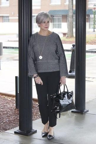 Wie kombinieren: dunkelgrauer Pullover mit einem Rundhalsausschnitt, schwarze Anzughose, schwarze Leder Ballerinas, schwarze Shopper Tasche aus Leder