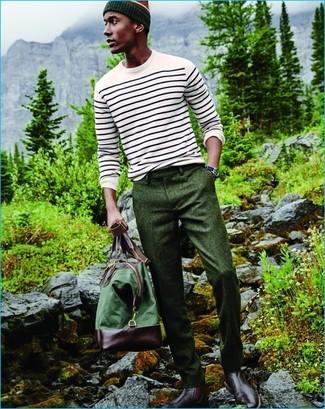 Wie kombinieren: weißer horizontal gestreifter Pullover mit einem Rundhalsausschnitt, dunkelgrüne Wollanzughose, dunkelrote Chelsea-Stiefel aus Leder, grüne Segeltuch Reisetasche