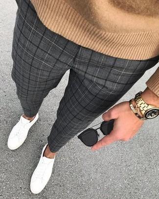 Dunkelgraue Anzughose mit Schottenmuster kombinieren: trends 2020: Etwas Einfaches wie die Paarung aus einem beige Pullover mit einem Rundhalsausschnitt und einer dunkelgrauen Anzughose mit Schottenmuster kann Sie von der Menge abheben. Suchen Sie nach leichtem Schuhwerk? Ergänzen Sie Ihr Outfit mit weißen Leder niedrigen Sneakers für den Tag.