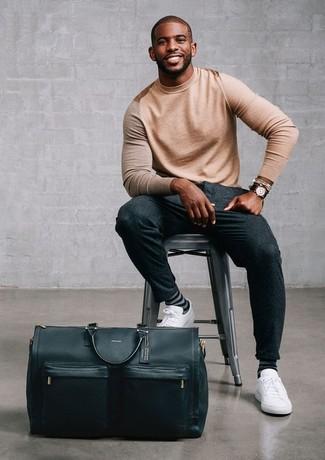 Wie kombinieren: beige Pullover mit einem Rundhalsausschnitt, dunkelgraue Wollanzughose, weiße Leder niedrige Sneakers, schwarze Leder Reisetasche