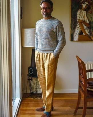 Herren Outfits 2020: Kombinieren Sie einen grauen Pullover mit einem Rundhalsausschnitt mit einer beige Leinen Anzughose, um vor Klasse und Perfektion zu strotzen. Komplettieren Sie Ihr Outfit mit braunen Wildleder Slippern.