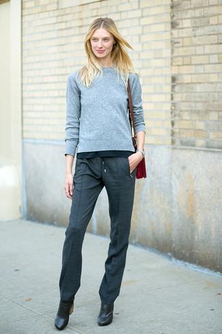 de7c66cabf Wie kombinieren: grauer Pullover mit einem Rundhalsausschnitt, dunkelgraue  Anzughose, schwarze Leder Stiefeletten,